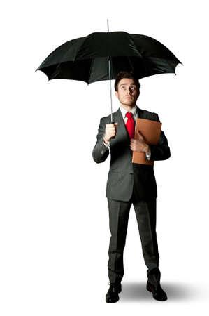 sotto la pioggia: Concetto di imprenditore protetto da crisi Archivio Fotografico