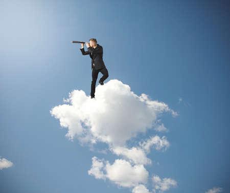 lejos: Concepto de hombre de negocios que busca un futuro Foto de archivo
