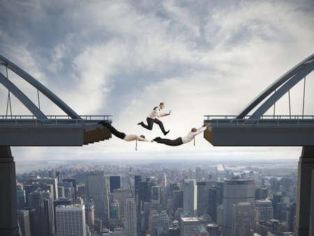 puente: Concepto de dificultades en los negocios y el trabajo en equipo