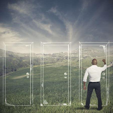 tocar la puerta: Concepto de la carrera y la oportunidad de un hombre de negocios Foto de archivo