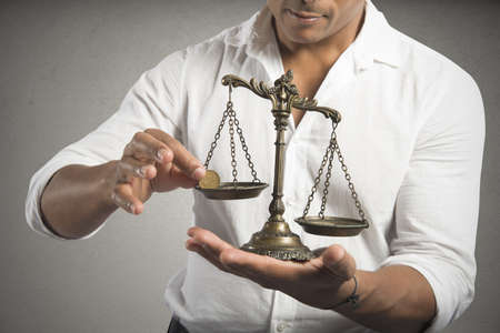 balanza en equilibrio: Concepto de ganar equilibrio con el empresario que pesa el dinero Foto de archivo