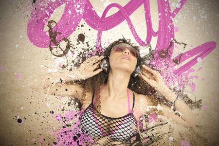 pentagramma musicale: La ragazza ascolta musica pop con effetto movimento