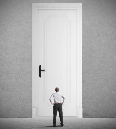 tocar la puerta: Concepto de gran oportunidad con un pequeño empresario
