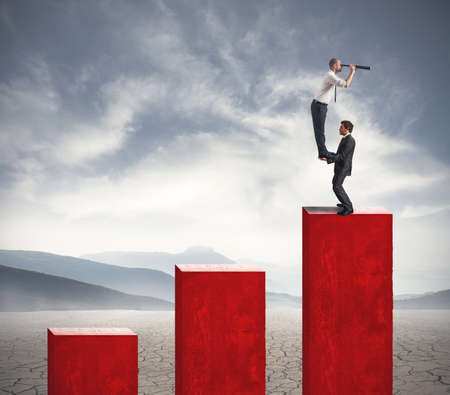 fernrohr: Team of Geschäftsmann sieht für neue Investitionen