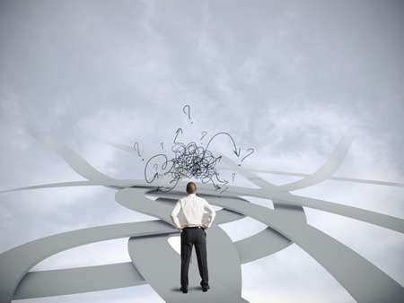 Concept van verwarde zakenman met meerdere mogelijkheden