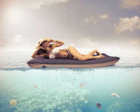 女孩在热带海洋中放松