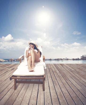 sunbath: Meisje ontspannen op een tropisch strand toevlucht