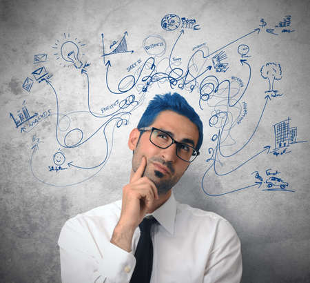 仕事: ビジネス シンボルと創造的思考のビジネスマン
