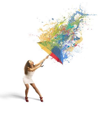 lluvia paraguas: Chica con paraguas multicolor y pintar el concepto gris Foto de archivo