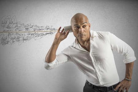 �couter: Homme d'affaires avec le vieux r�tro communication t�l�phonique