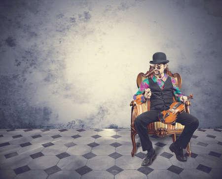 violist: Jonge violist man in een vintage kamer