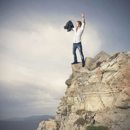 triunfador: Exitoso hombre de negocios en una monta�a Foto de archivo