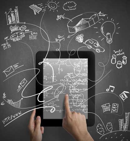 redes de mercadeo: Hombre que trabaja con una tableta multitarea Foto de archivo