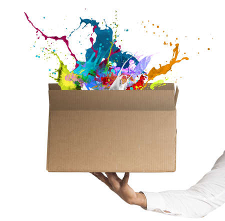 創造的なビジネス箱持って男