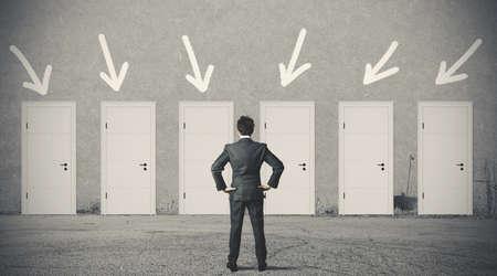 persona confundida: Concepto de empresario elegir la puerta derecha Foto de archivo