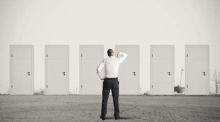 Concetto di uomo d'affari scegliere la porta giusta