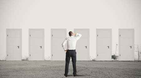 Konzept der Geschäftsmann die Wahl der richtigen Tür
