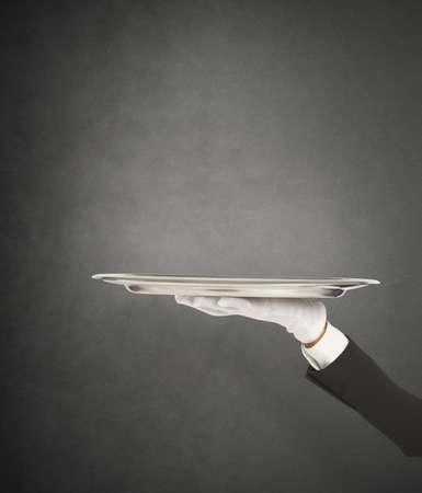 sirvientes: Servicio de primera clase con camarero sosteniendo la bandeja Foto de archivo