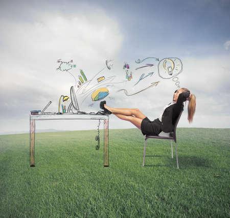Email: Erfolgreiche Gesch�ftsfrau Entspannung auf der gr�nen Wiese