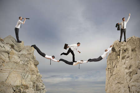 confianza concepto: El trabajo en equipo y el concepto de �xito con un puente del empresario