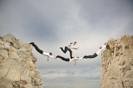 Teamwork-Konzept mit fließendem Geschäftsmann mit Laptop Standard-Bild - 20707359