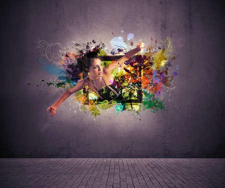 mode: Mädchen Ausfahrt aus einem Bild. Konzept der kreativen Art und Weise