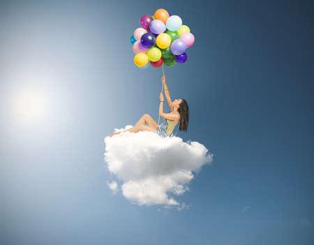 Chica vuela sobre una suave nube