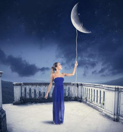 어린 소녀는 밧줄로 달 소요