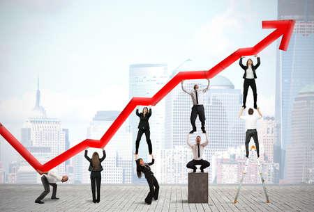 Teamwork en bedrijfswinsten met rode statistische trend Stockfoto