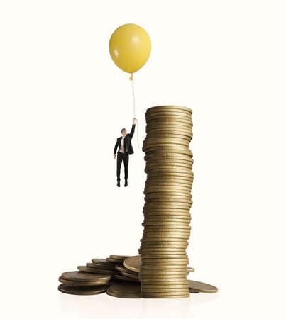 dinero volando: Vuelo del hombre con balón. concepto de ganar dinero