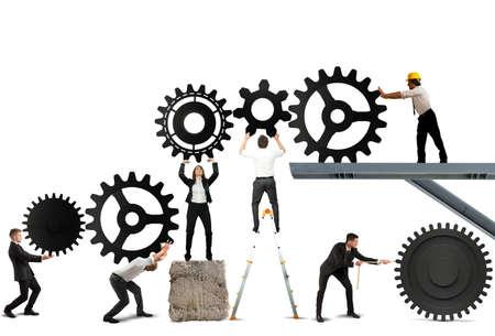 Travail d'équipe travaille ensemble pour construire un système d'engrenage