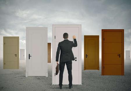 tocar la puerta: Concepto de la oportunidad de un hombre de negocios Foto de archivo