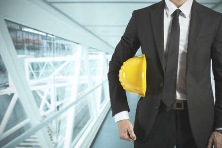 Klaar zakenman architect met gele helm Stockfoto
