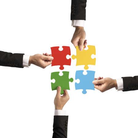 entreprise puzzle: Le travail d'�quipe et le concept partenariat avec le puzzle
