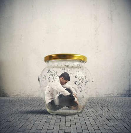 Concept van de hermetische zakenman in een pot gesloten