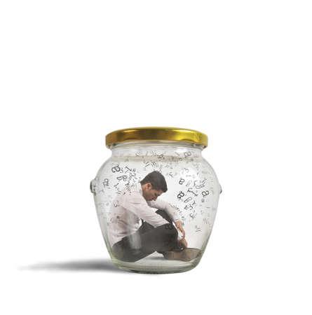 瓶に閉じたハーメチック ビジネスマンの概念