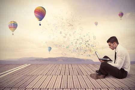 business man laptop: Empresario la libertad de trabajo con ordenador port�til al aire libre