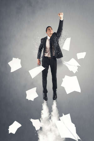 huir: Hombre de negocios estupendo h�roe volando fuera de la oficina