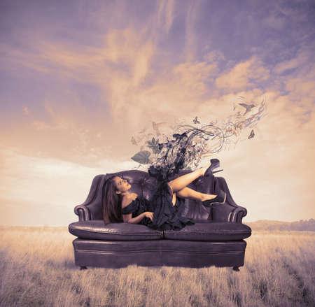 divan: Concepto de relajarse de una chica de moda Foto de archivo