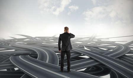 persona confundida: Dif�cil elecci�n de un hombre de negocios debido a la crisis