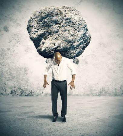 Concept de stress d'un homme d'affaires avec un gros rocher Banque d'images - 21139666