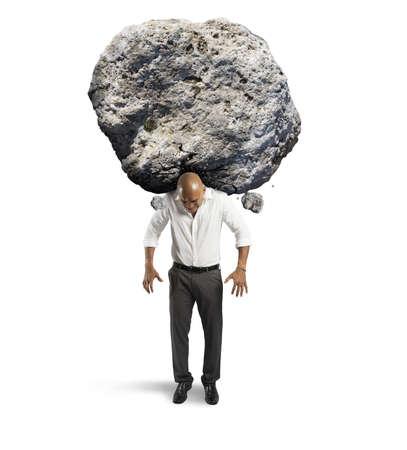 Begrip stress van een zakenman met een grote rots