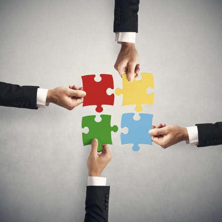 � teamwork: Il lavoro di squadra e il concetto di partenariato con il puzzle