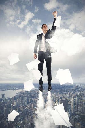 soar: joven empresario volando en el cielo