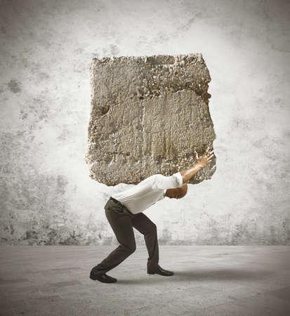 大きな岩のある実業家のストレスの概念