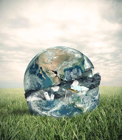mundo contaminado: Concepto de la basura con el mundo en un campo verde.