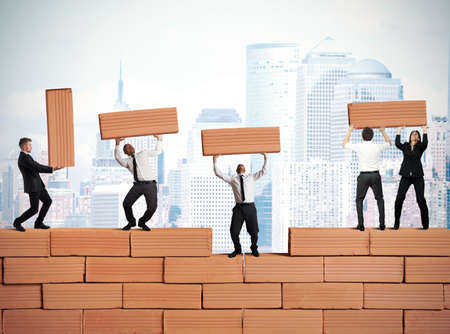 El trabajo en equipo construye un nuevo negocio con ladrillos Foto de archivo - 21393456