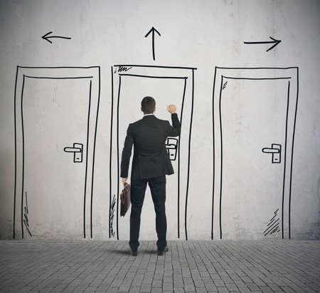 vendedor: Hombre de negocios que abre una puerta diseñada en una pared