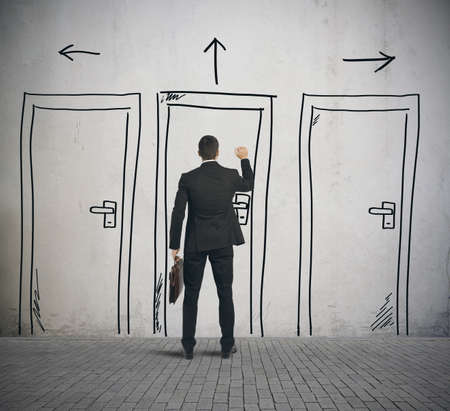 vendeurs: Homme d'affaires ouvre une porte con�ue dans un mur Banque d'images
