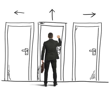 実業家は、壁に設計された扉を開きます